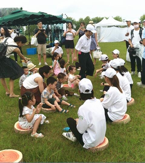 学画线描画人物活动篇-工作人员带孩子们玩游戏-诺优能满满的自然力量体验营 在杭州圆满举办